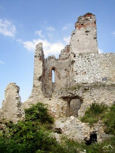 Čachtický hrad - palác a hlavná veža